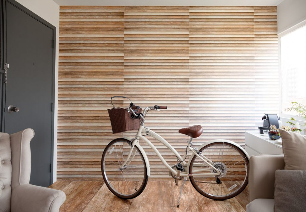 pbl_amv_wall_mosaic_clapboard_decape_30x90_ecollection_jequitiba_natural_decape20x120_sala_com_bicicleta